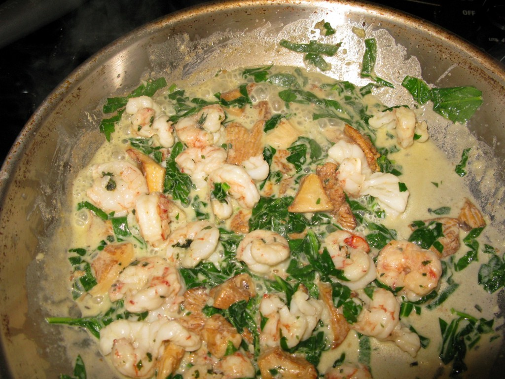 Shrimp and chanterelles with spinach in butter and cream_2